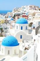 Kirchen in Santorini auf der Spitze des Felsens foto