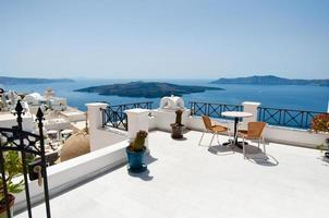 idyllische Terrasse in Fira Hauptstadt auf Thera (Santorini), Griechenland. foto