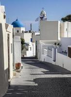 typische griechische Straße in Megalochori, Santorini foto