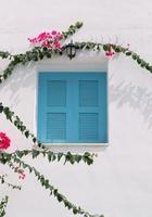 blaues Fenster an der weißen Wand foto