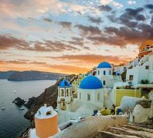 Kirchen von Oia Dorf während des schönen Sonnenuntergangs, Santorini foto