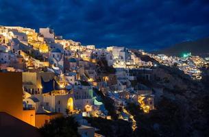Kirchen von Oia Dorf in der Abenddämmerung in Santorini foto