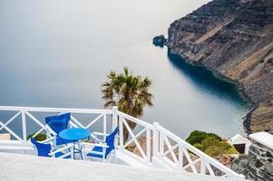 Café auf der Terrasse mit Meerblick foto