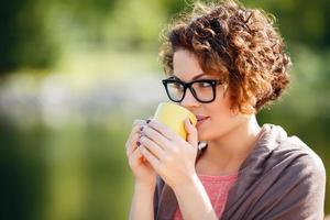 charmantes Mädchen, das Tee trinkt