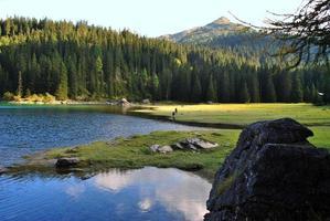 türkisfarbenes Wasser des Obernberger Sees in den Bergen von Tirol foto