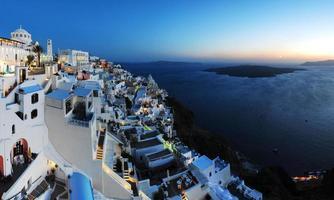 ein Panorama der geschäftigen Stadt Santorini foto