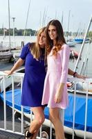 zwei Mädchen ruhen in einem Yachthafen. foto