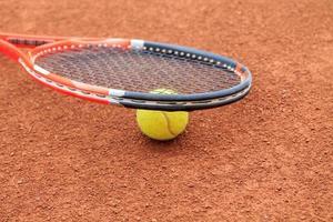 Tennisball und Schläger foto