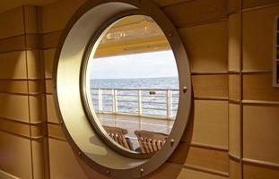 Ozean durch Kreuzfahrtfenster gesehen foto