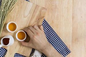 Nehmen der Teetasse auf Holzbeschaffenheitshintergrund foto