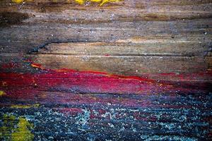 bemalte alte Holzwand mit Sand darauf foto