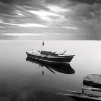 Langzeitbelichtungslandschaft eines Bootes im Meer