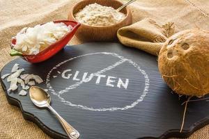 glutenfreie Nahaufnahme von roher Kokosnuss, Mehl und Pommes foto