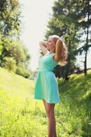 schöne glückliche blonde Frau im Kleid im Freien Lebensstil foto