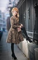 modische junge Frau, die auf Stadtstraße aufwirft foto