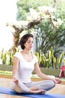 attraktive Frau praktiziert Yoga foto