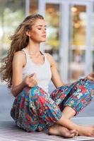Frau meditiert foto