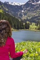 Frau, die Gebete tut, werfen draußen in der Natur auf foto