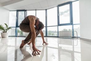 Mann, der Yoga im Fitnessstudio trainiert