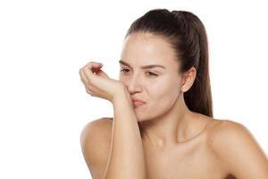 Frau genießt Parfüm foto