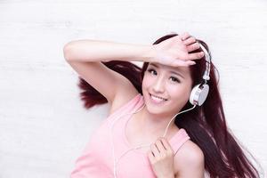 Frau genießt die Musik