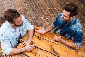 Bier mit Freund genießen. foto