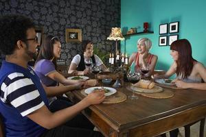 Freunde genießen Dinnerparty