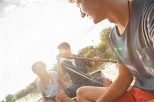 Freunde genießen auf einem Boot