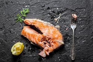 Genießen Sie Ihren frisch gebratenen Lachs foto