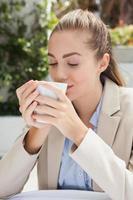 schöne Geschäftsfrau, die einen Kaffee genießt foto