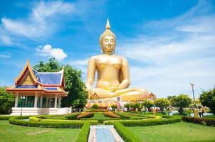 großer goldener Buddha bei Wat Muang der Provinz Ang Thong foto