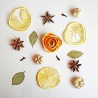 Zusammensetzung von Orangenschale, Sternanis, Lorbeerblättern, Zitrone, Nelken. foto