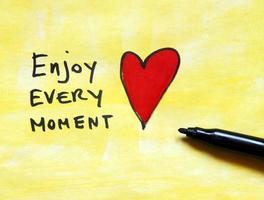 inspirierende Botschaft genießen Sie jeden Moment foto