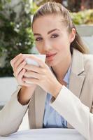 schöne Geschäftsfrau, die einen Kaffee genießt