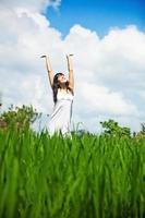 Frau genießt einen sonnigen Tag foto