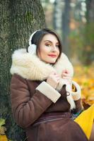junge Frau, die eine Musik genießt foto