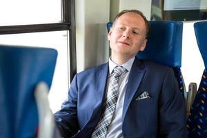 Geschäftsmann genießt seine Zugreise foto