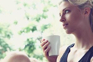 hübsche Frau, die ihren Morgenkaffee genießt