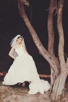 wunderschöne junge Braut, die Hochzeitstag genießt. foto