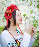Mädchen in Nationaltracht genießt den Frühling foto