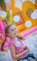glückliches Mädchen, das auf dem Spielplatz genießt foto