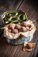 genießen Sie Ihre Schokoladenbällchen in der blauen Schachtel foto