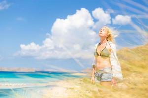 freie glückliche Frau, die Sonne im Urlaub genießt. foto