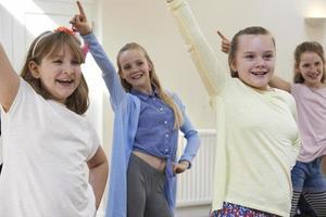 Gruppe von Kindern, die gemeinsam Schauspielunterricht genießen foto