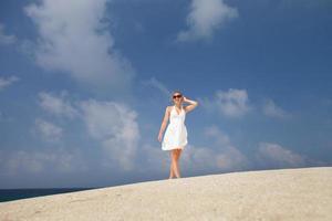 hübsche junge Frau im Freien, das Sonnenlicht genießend foto