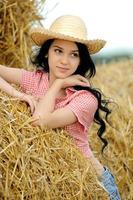 schönes Mädchen, das die Natur im Heu genießt