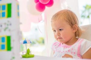 süßes kleines Mädchen genießen ihr Geburtstagsgeschenk foto