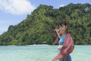 Frau genießen Kurzurlaub am Strand entlang foto