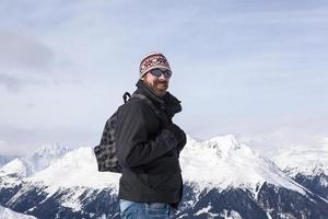 junger Mann genießt die Aussicht in die Berge foto