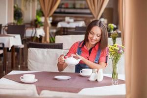 schönes Hipster-Mädchen genießt heißes Getränk im Café